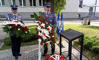 Uroczystość złożenia wieńców podtablicą upamiętniającą funkcjonariuszy zKM MO wPiekarach Śląskich – Galeria
